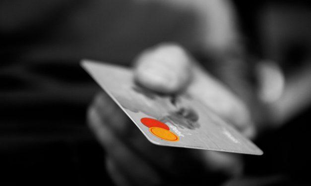 Jornal de circulação discute publicação científica em cartões de crédito